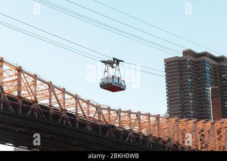 Vue sur le téléphérique au-dessus du pont Queensboro
