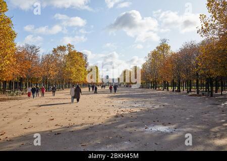 PARIS - 7 NOVEMBRE 2019: Jardin des Tuileries, promenade avec les gens dans une journée ensoleillée d'automne à Paris Banque D'Images