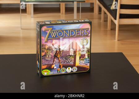 Mains de personnes jouant 7 Wonders of the World, un jeu de société primé sur une table dans un salon. Gros plan avec mise au point sélective. Copenhague