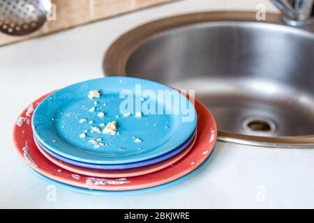 Vaisselle sale près de l'évier Banque D'Images