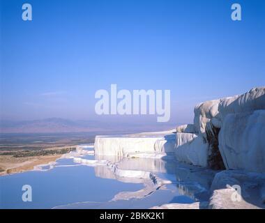Terrasses en travertin blanc, Pamukkale, province de Denizli, République de Turquie Banque D'Images