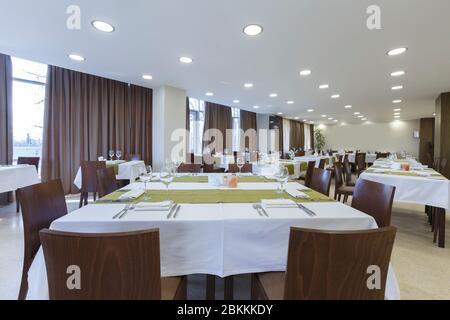 Tables et chaises dans le grand hall du restaurant. Chambre vide Banque D'Images