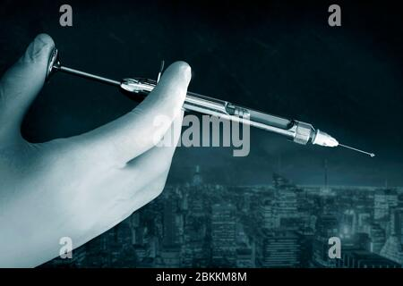 La main du médecin dans un gant blanc tient la seringue avec le jet de préparation de l'aiguille