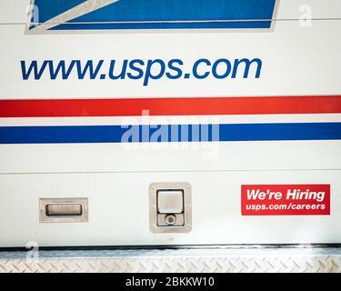 Charlottesville, Virginie , États-Unis 4 mai 2020 camion de service postal stationné dans un complexe d'appartements par beau temps Banque D'Images