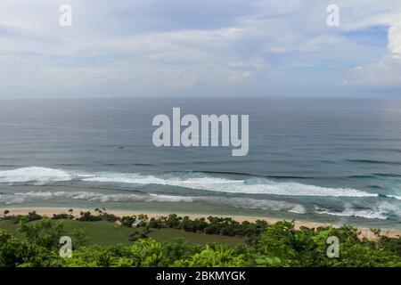 Vue aérienne de la plage de Nyang Nyang sur Bali en Indonésie. Un endroit populaire de surfeurs avec de grandes vagues dans l'océan Indien. Bateaux de pêche de pêcheurs balinais