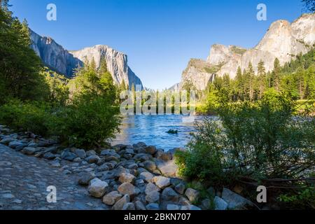 Vue sur El Capitan surplombant la rivière Merced, le parc national de Yosemite, site classé au patrimoine mondial de l'UNESCO, Californie, États-Unis, Amérique du Nord