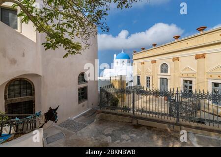 Vue de l'église d'Agios Nikolaos Theotokaki, Pyrgos, Thira, Santorin, Cyclades, Grèce, Europe Banque D'Images