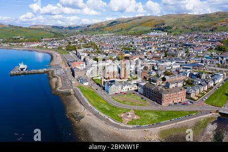 Vue aérienne de la ville côtière de Largs dans le nord de l'Ayrshire, en Écosse, au Royaume-Uni