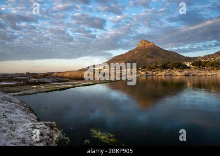 Vue sur le paysage de la piscine à marée de camps Bay et de Lions Head Mountain, le Cap, Afrique du Sud, destination magnifique. Banque D'Images