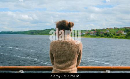Jeune femme debout sur le pont du navire de croisière et à la rivière et au paysage. Détendez-vous, la nature et concept voyage Banque D'Images