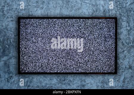 Téléviseur sur le mur en béton et aucun signal sur un écran de télévision
