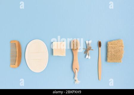 Disposition d'accessoires zéro déchet pour l'hygiène personnelle sur fond bleu. Concept sans plastique avec espace de copie. Banque D'Images