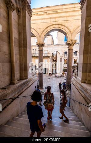 Croatie, Dalmatie, Split, Palais de Dioclétien, empereur romain du 4ème siècle, classé au patrimoine mondial de l'UNESCO, peristyle romain Banque D'Images