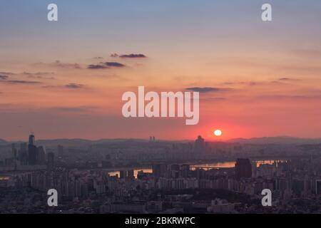 Corée du Sud, Séoul, Namsan, coucher de soleil sur la ville et la rivière Han Banque D'Images