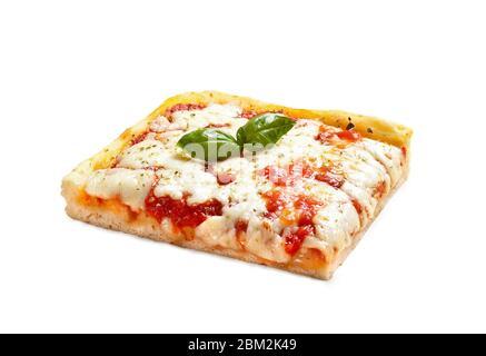 Pizza 'Margherita' fabriquée en Italie – tranche ('Trancio') avec feuilles de basilic, fromage Mozzarella et sauce tomate – isolée sur fond blanc Banque D'Images
