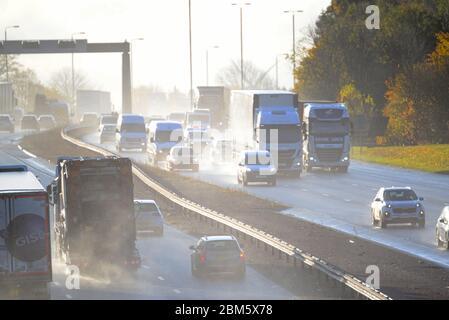 Trafic traversant de fortes pluies provoquant des pulvérisations sur l'autoroute A1/M leeds yorkshire uk
