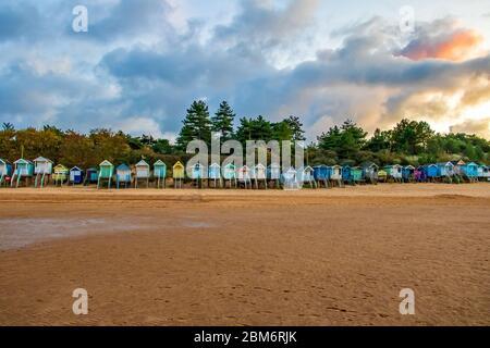 Cabanes de plage à Wells-Next-the-Sea, Norfolk, Royaume-Uni, prises au coucher du soleil