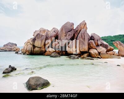 Grandes rochers sur une plage de sable