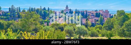 Admirez le panorama de la forteresse de l'Alhambra avec ses tours, ses remparts, l'église Alcazaba et Santa Maria, entourée de verdure luxuriante, Grenade, Espagne Banque D'Images