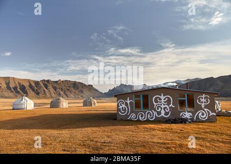 Maisons nomades yourte camp et cantine à vallée de montagne d'Asie centrale Banque D'Images