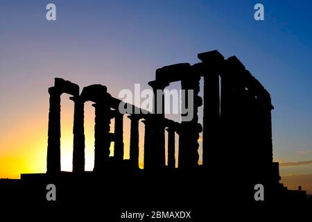Silhouette des ruines du Temple de Poséidon au cap Sounion, péninsule Attique, Grèce Banque D'Images