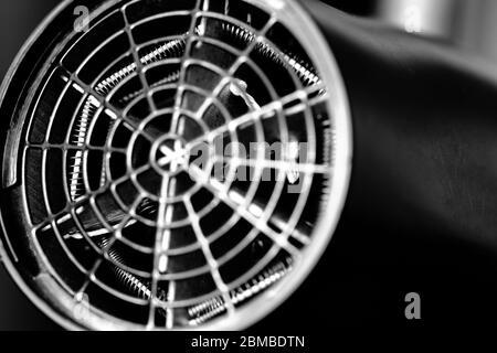 Gros plan d'un sèche-cheveux et de ses pièces métalliques Banque D'Images