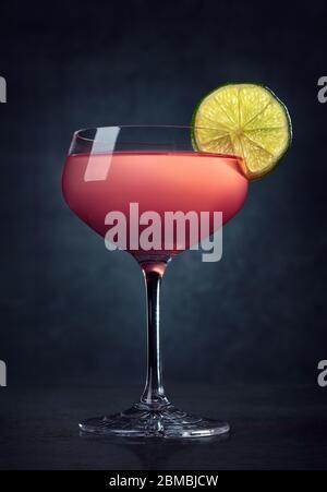 Verre de cocktail Cosmopolitan sur fond sombre