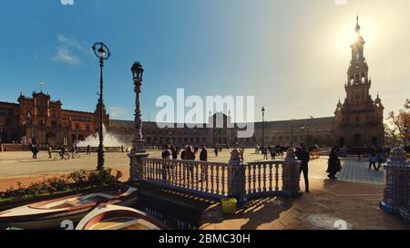 Séville, Espagne: 23 décembre 2019: Pittoresque Plaza de Espana, beaucoup de touristes visitent ce célèbre lieu espagnol, à couper le souffle ancienne architecture, Espagne