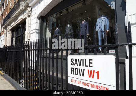 Le panneau de Westminster sur Savile Row à Londres, le Golden Mile de la personnalisation sur mesure, est attaché aux rails de Gieves et Hawkes - pour hommes tailleur / vitrine de magasin et vitrine. ROYAUME-UNI (118)