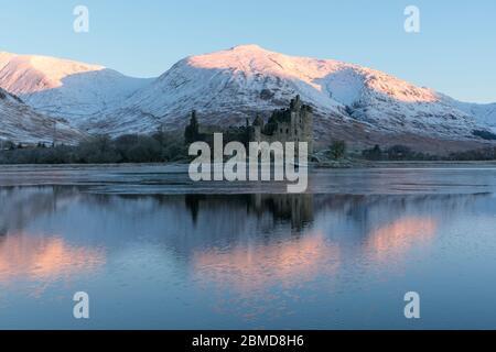 Château de Kilchurn sur un Loch Awe partiellement gelé dans les Highlands écossais, en Écosse