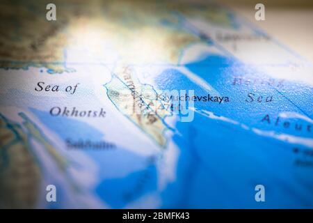 Faible profondeur de champ accent sur la carte géographique emplacement du Mont Klyuchevskaya au Kamchatka Russie en Asie continent sur atlas Banque D'Images