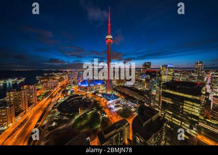 Toronto, Ontario, Canada, vue panoramique sur le paysage urbain de Toronto, y compris le monument architectural Tour CN illuminé la nuit.