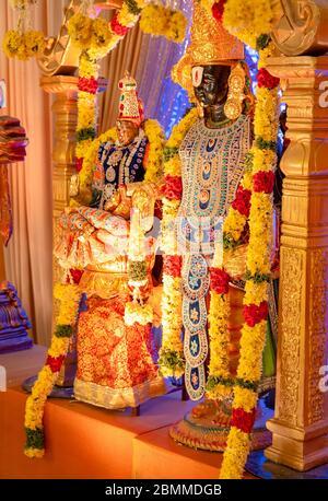 Les idoles de Lord Balaji et Lakshmi sont décorées de fleurs et d'ornements lors d'un mariage hindou Banque D'Images