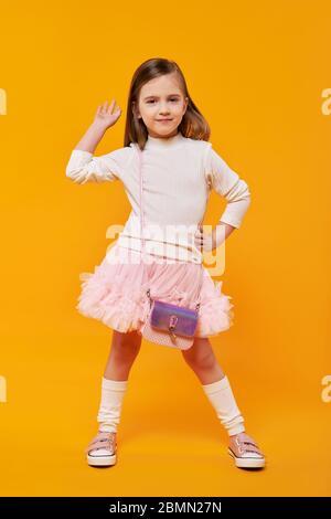 Drôle jeune fille levant la main dans le haut cinq geste Banque D'Images