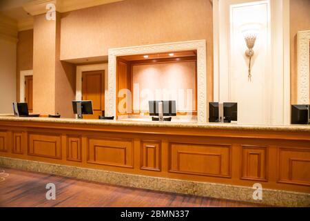 La réception est vide dans la zone de réception du hall inconnu de l'hôtel Banque D'Images