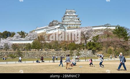 Himeji / Japon - 31 mars 2018: Les gens appréciant dans le parc du château Himeji pendant la saison des cerisiers en fleurs de sakura à Himeji, Japon Banque D'Images