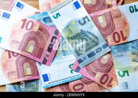 Billets européens à plat sur une table, euros et monnaie européenne en espèces
