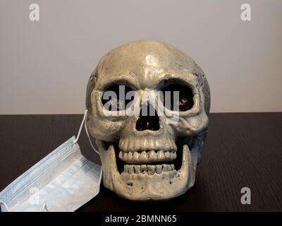 Crâne avec masque hospitalier retiré d'un côté Banque D'Images