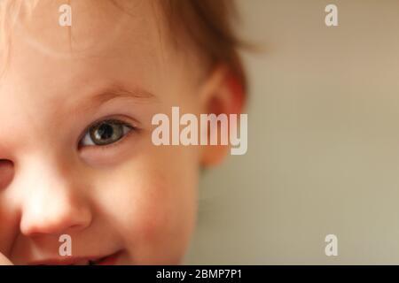 Portrait en gros plan d'un bébé blanc mignon avec un visage sale dans un environnement doux et flou