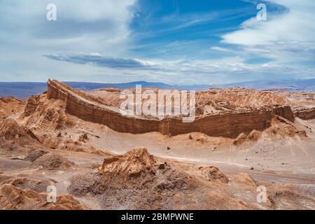 Paysage dramatique de la vallée de la Lune (en espagnol : Valle de la Luna) dans le désert d'Atacama, Chili, Amérique du Sud.