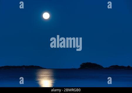 Lever la lune dans le parc national de Tammisaari, Finlande Banque D'Images