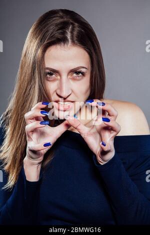 Belle fille montre des émotions et la colère dans le Studio Banque D'Images