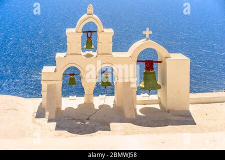Un clocher typique dans le village d'Oia sur l'île grecque de Santorin