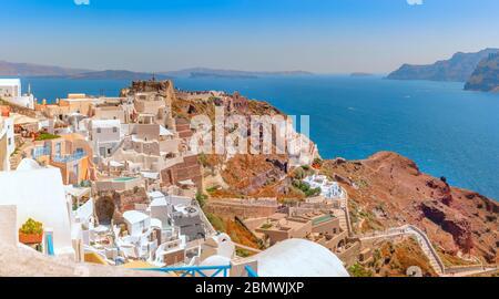 Le beau village d'Oia sur l'île de Santorin et les ruines du château byzantin, construit dans le côté de la caldeira falaise.