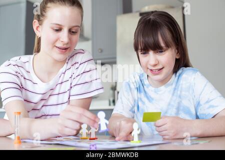 Deux enfants jouant ensemble à la partie de plateau générique à la maison