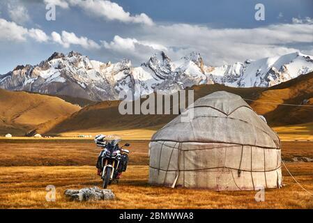 Maisons nomades et camp de yourte à moto vallée de montagne d'Asie centrale Banque D'Images