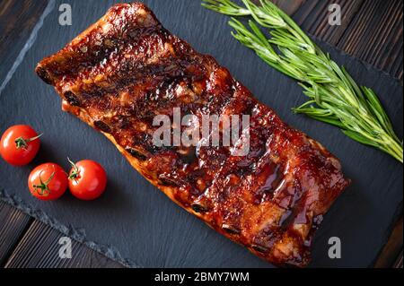 Côtes de porc de rechange au barbecue, étalées à plat Banque D'Images