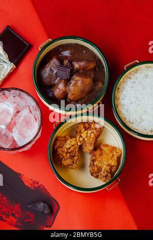 Concept chocolat rouge repas repas de déjeuner vue sur le dessus avec fond rouge