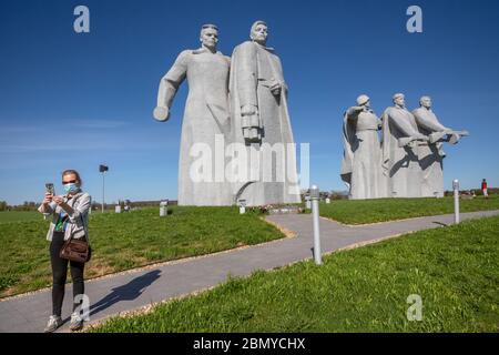 Volokolamsk, Russie.11 de mai 2020 la femme portant un masque facial lors de sa visite du complexe commémoratif 'Panfilov Heroes', dédié à 28 soldats de l'armée rouge à la jonction de Dubosekovo dans la région de Moscou, lors de la nouvelle pandémie de coronavirus COVID-19 en Russie Banque D'Images