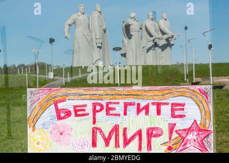 Volokolamsk, Russie.11 de mai 2020 UN dessin d'enfant avec l'inscription 'Prenez soin du monde / paix!' Il est suspendu au verre du complexe commémoratif 'héros Panfilov', dédié à 28 soldats de l'armée rouge à la jonction de Dubosekovo près de la ville de Volokolamsk dans la région de Moscou, en Russie Banque D'Images